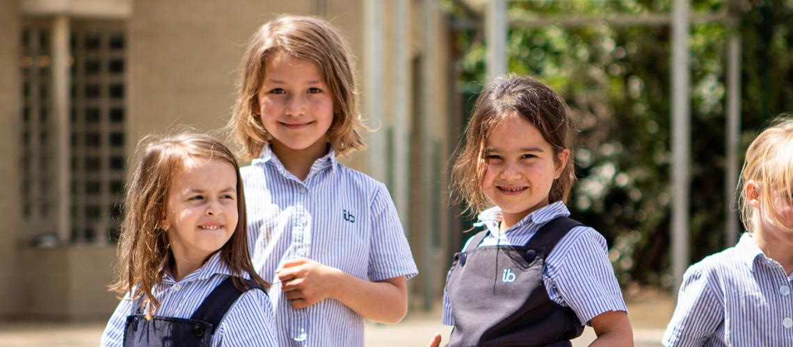 Schoolmeisjes op speelplaats