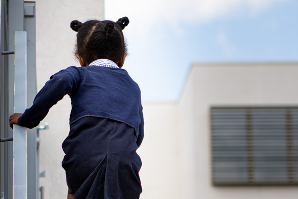 Schoolmeisje in uniform op trap